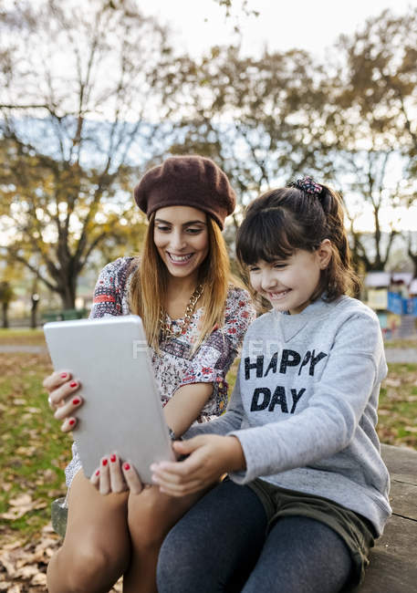 Мать и дочь делают селфи с планшетом — стоковое фото