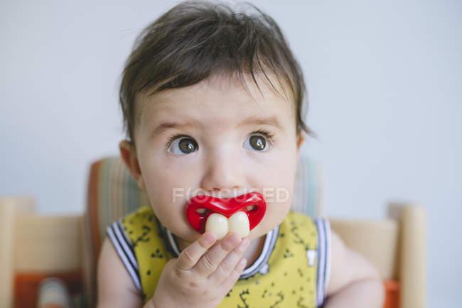 Baby Mädchen saugen Schnuller — Stockfoto