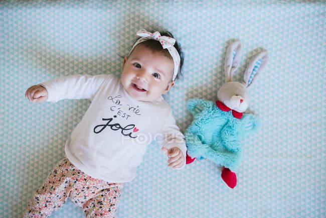 Menina com coelho de brinquedo — Fotografia de Stock