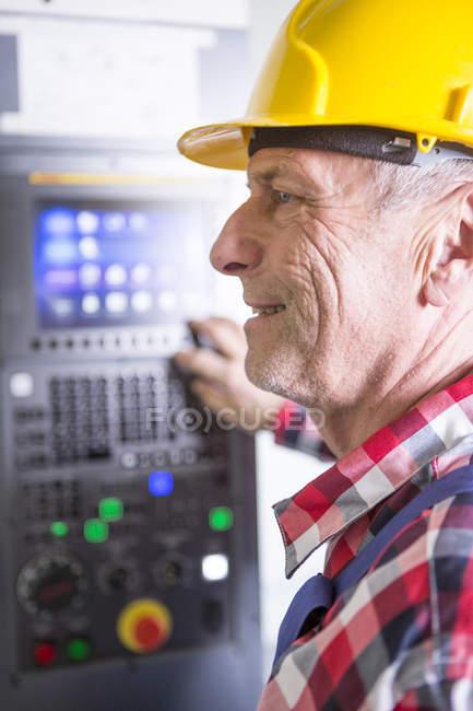Arbeiter, die hohe Arbeitsgeschwindigkeit Fräsmaschine — Stockfoto