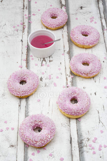 Шесть пончики с розовой глазурью — стоковое фото