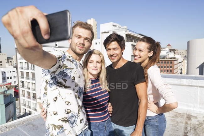 Люди принимают selfie на террасе на крыше — стоковое фото