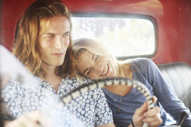 Couple assis dans un vieux ramasser — Photo de stock