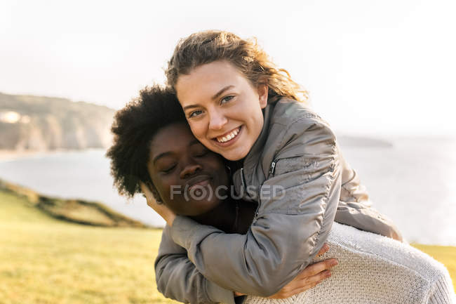 Friends having fun outdoors — Stock Photo