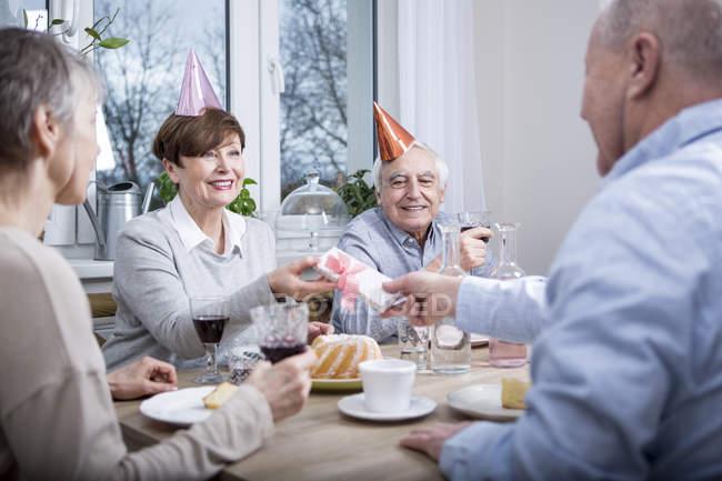 Старшие пары празднуют день рождения — стоковое фото