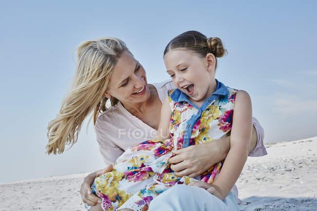 Матір з дочкою на пляжі — стокове фото