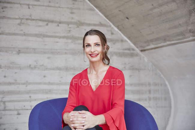 Frau sitzt auf dem Stuhl — Stockfoto