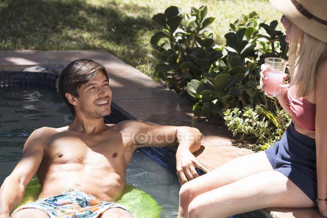 Paar entspannenden am Schwimmbad — Stockfoto