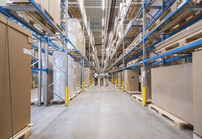 Hommes debout dans l'usine — Photo de stock