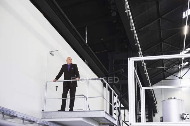 Бизнесмен, стоящий на платформе — стоковое фото