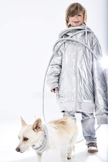 Garçon souriant avec chien — Photo de stock