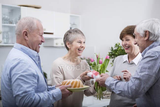 Casais sênior comemorando aniversário — Fotografia de Stock