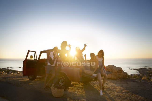 Amigos que viajan a la costa en recogida - foto de stock