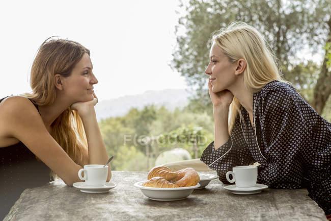 Amici a tavola colazione — Foto stock