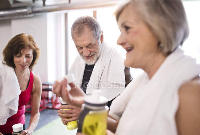 Group of fit seniors in gym — Stock Photo