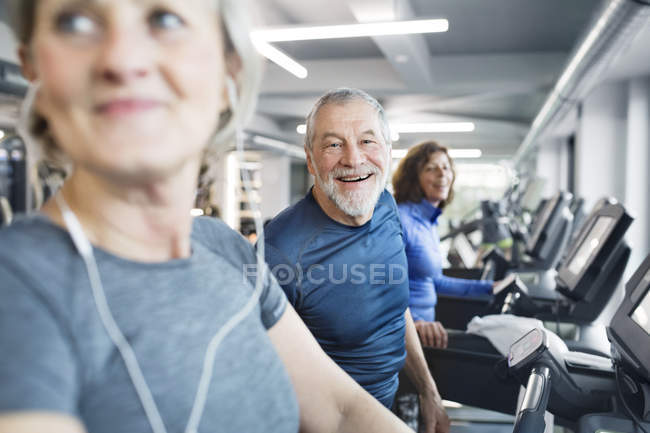 Seniors working out on treadmills — Stock Photo