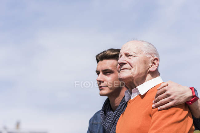 Senior man and grandson outdoors — Stock Photo