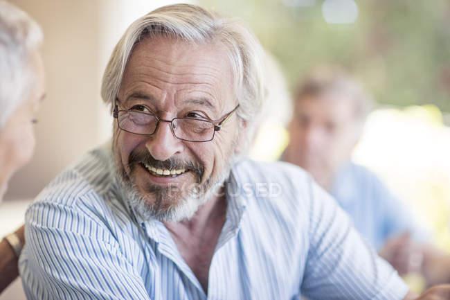 Homem de senior sorridente usando óculos — Fotografia de Stock