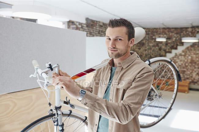 Homme portant vélo de course — Photo de stock