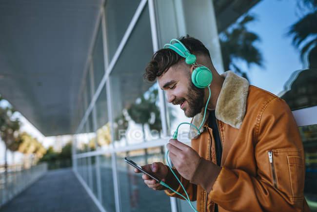 Hombre en el puerto usando smartphone - foto de stock
