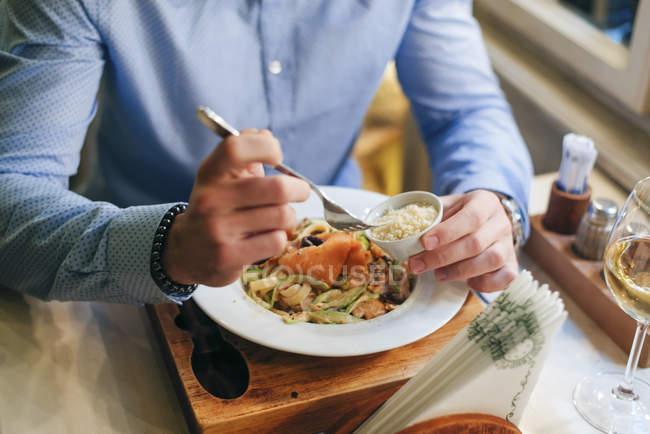 Mann beim Abendessen im Restaurant — Stockfoto