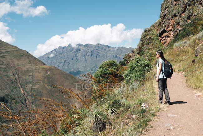 Randonnée sur le chemin vers les ruines Incas de femme — Photo de stock