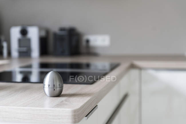 Яйцо таймер на поверхности стола — стоковое фото