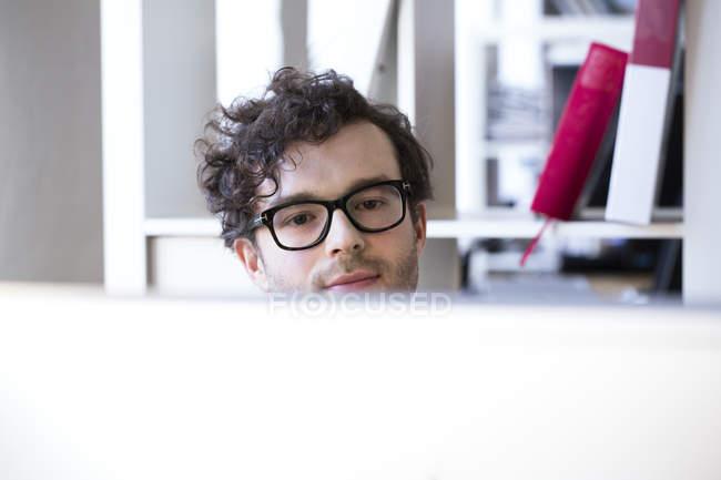 Homme regardant l'écran d'ordinateur — Photo de stock