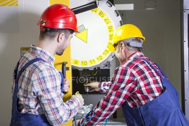Zwei Männer in der Fabrik arbeiten an CNC-Maschine — Stockfoto