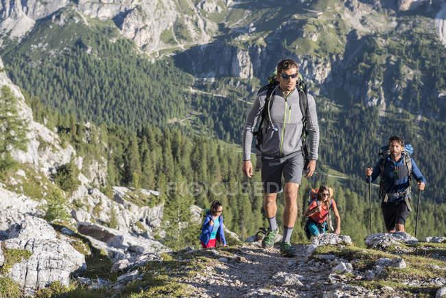 Amigos caminhando nas montanhas Dolomtes — Fotografia de Stock