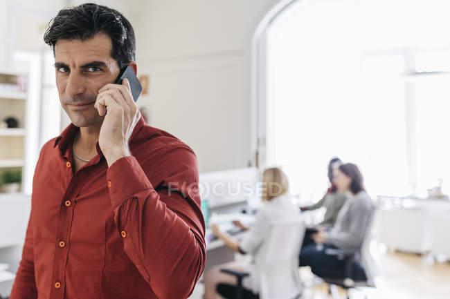 Homem de negócios falando ao telefone — Fotografia de Stock