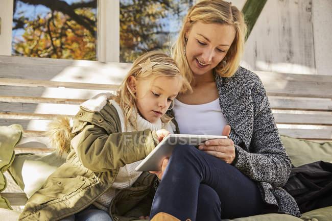 Mère avec fille avec tablette — Photo de stock