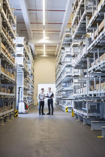 Мужчины взаимодействуют на фабричном складе — стоковое фото