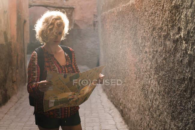 Турист смотрит на карту — стоковое фото