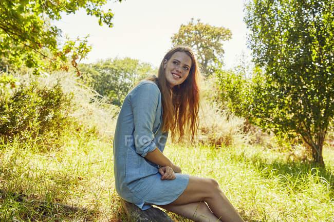 Жінка сидить на Луці — стокове фото