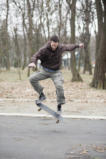 Skateur faire truc — Photo de stock