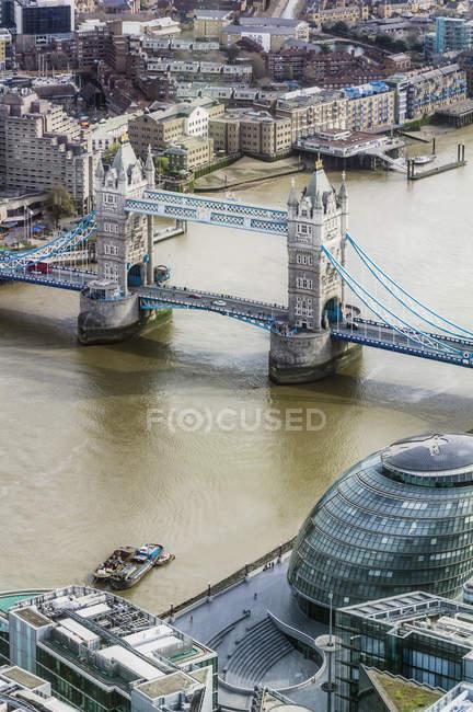 Темза и Тауэрский мост — стоковое фото