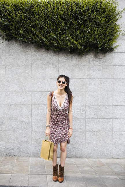 Donna con borsa della spesa — Foto stock