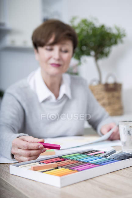 Senior woman drawing picture — Stock Photo