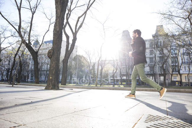 Mann am Telefon zu Fuß in die Stadt — Stockfoto