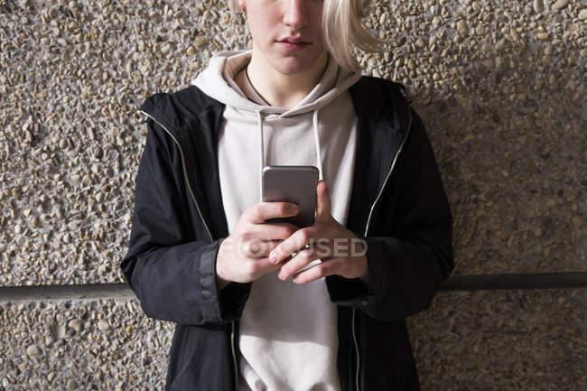 Человек с помощью мобильного телефона — стоковое фото