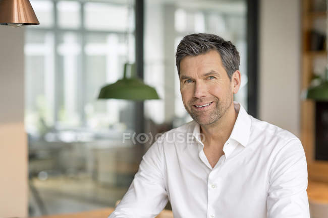 Uomo d'affari, sorridendo alla telecamera — Foto stock