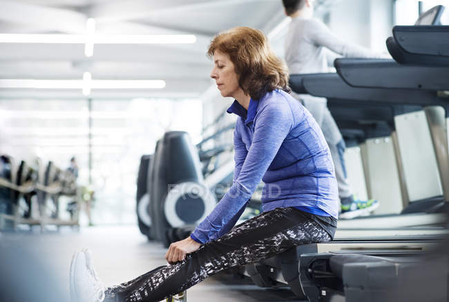Senior woman resting in gym — Stock Photo