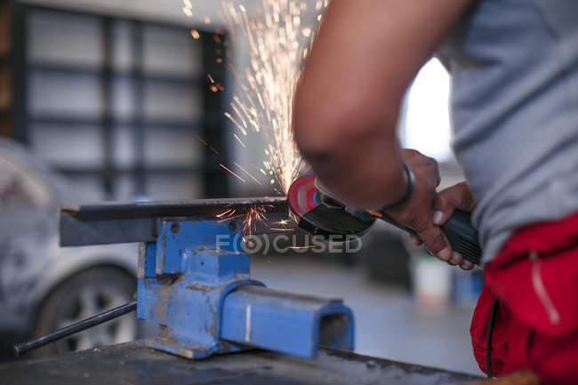 Lavoratore che gestisce la parte di metallo — Foto stock