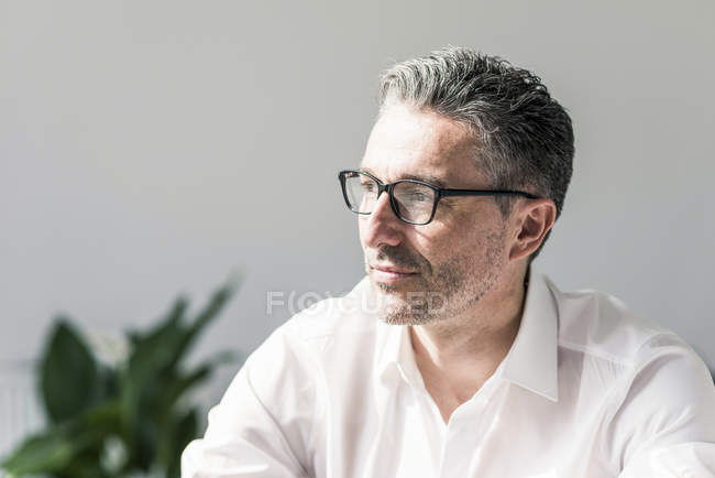 Homme d'affaires pensif avec chaume — Photo de stock