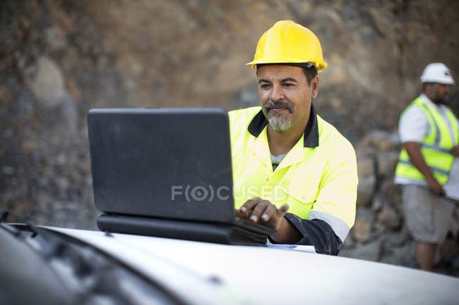 Рабочий смотрит на ноутбук — стоковое фото