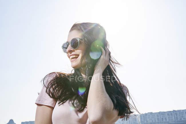 Жінка стоячи на відкритому повітрі у sunshine — стокове фото