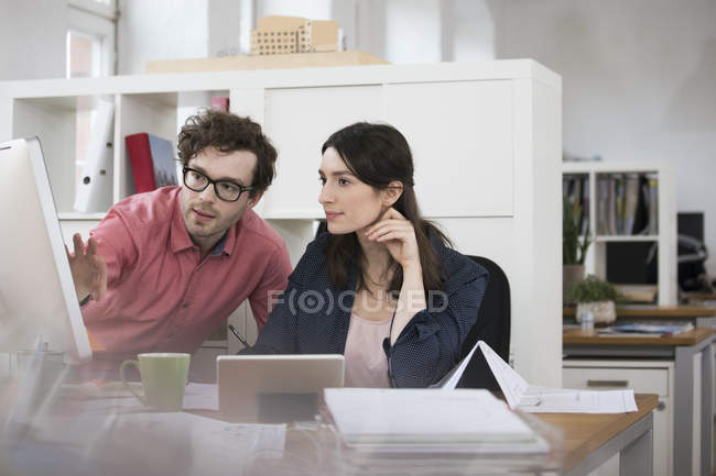 Man and woman working on computer — Stock Photo