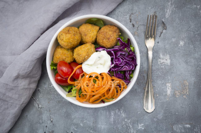 Mittagessen-Schüssel mit Blattsalat — Stockfoto