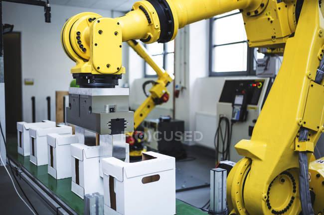 Robô industrial no trabalho na fábrica — Fotografia de Stock